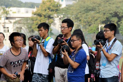 颁奖台前的摄影记者 王莫宁