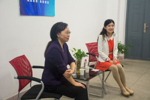 吴平教授认真聆听同学提问。
