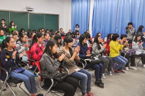 同学们给吴平教授精彩演讲鼓掌。