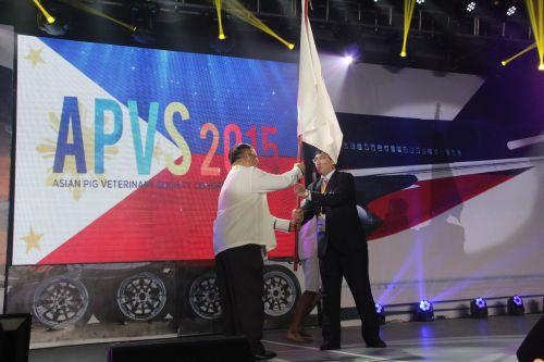 ?4 何启盖教授接过APVS旗帜