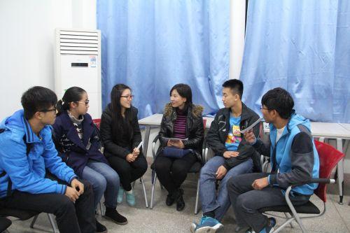 导师与学生热切交流