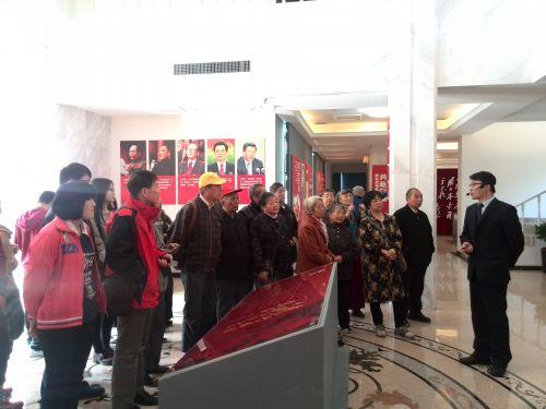 党员们参观抗战纪念馆