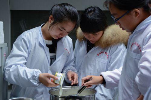 同学们制作酸奶 吕岩