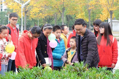 志愿者为小朋友讲解植物
