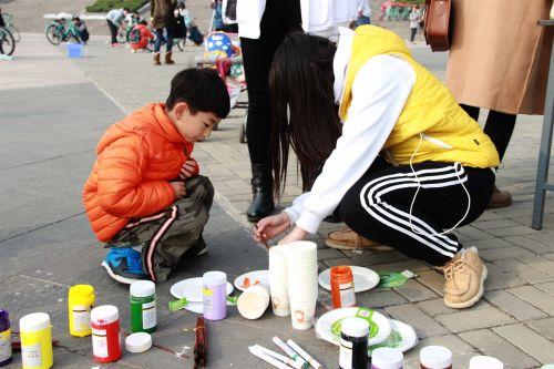 细心的志愿者在帮助小朋友