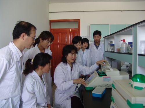 实验室主任张利莉教授指导研究生-3