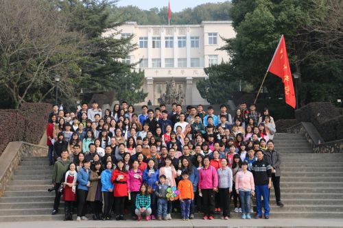 外国语学院师生代表在狮子山广场主楼前合影