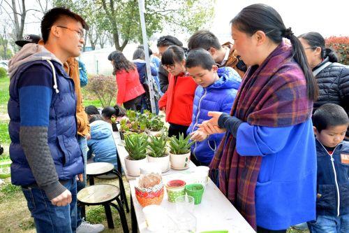 负责人给游客介绍这些植物种植的小方法
