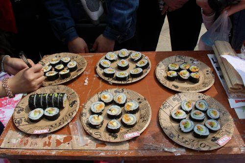 各校学生纷纷做好寿司