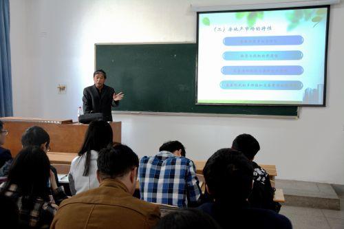 梅昀副教授在课堂上