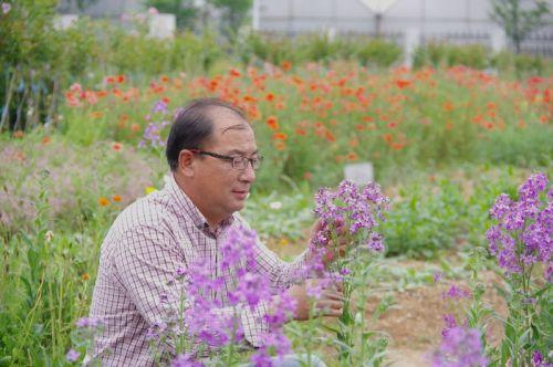 王文恩在基地观察植物的生长状态