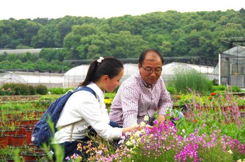 王文恩在基地为学生解决花卉问题
