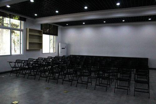 全新的实验室里,供同学们就座的座椅摆放整齐