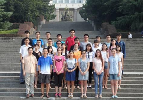 数模团队师生合影(前排左一为李治)