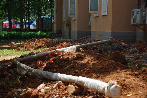 准备掩埋的水管 供图李睿昌