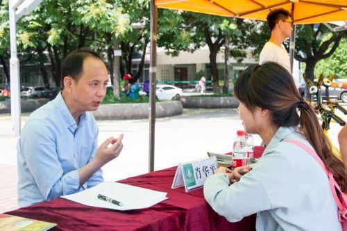 肖华平老师认真解决学生的心理问题 丁文杰