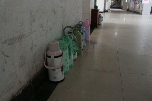 寝室楼道没有自行车占用,连热水壶都摆放整齐 韩叙