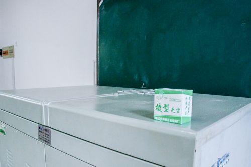 老师上完课后,整洁的讲桌和干净的黑板 王莫宁