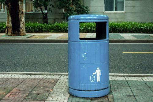 桶外围擦拭干净,周围也无未入篓的垃圾 王莫宁