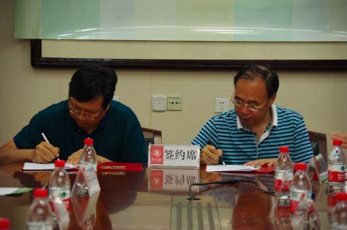 <b>我校与康农种业签订战略合作协议</b>