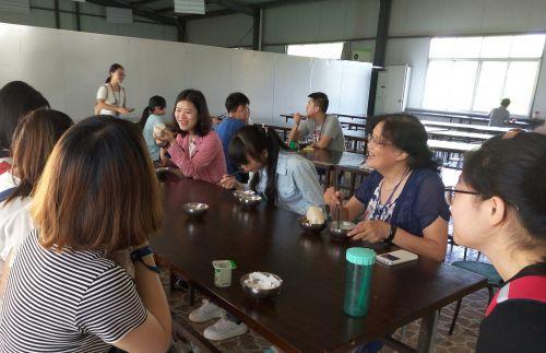 图片3:与学生一起食堂就餐照片