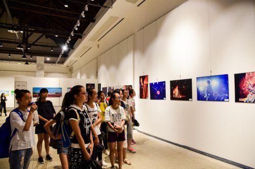 新生们正在参观第三展览区,看跨年时的活动照片