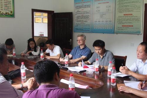 与村委会成员共同开展生活会(供图:卢刚)