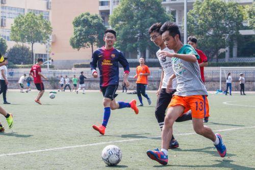 2一运球场上一场激烈的足球赛正如火如荼的进行 赵妍