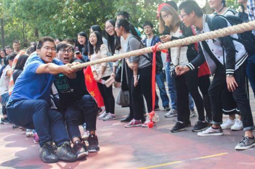 5研究生正在组织拔河比赛