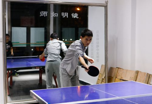 5作物楼内,一张乒乓球桌,实验间隙来一场运动。