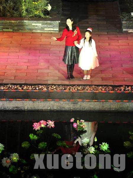2010年林宏伟老师与女儿张馨予同台朗诵《与花儿攀谈》