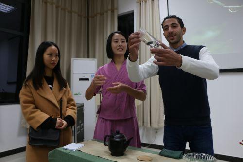 留学生学习茶艺