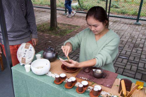 茶协会教同学们品茶——李晔