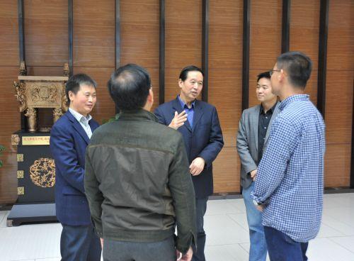 校党委书记李忠云和青年教师交流