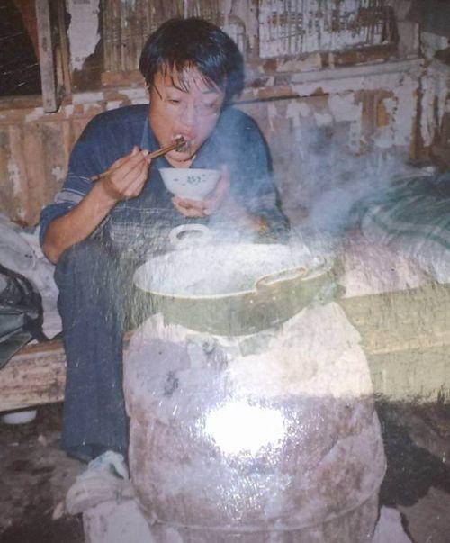 徐本禹吃着酸汤玉米饭