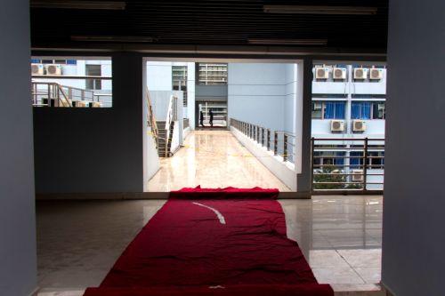 教学楼内铺上了地毯防止同学们滑倒(供图  李宝龙)