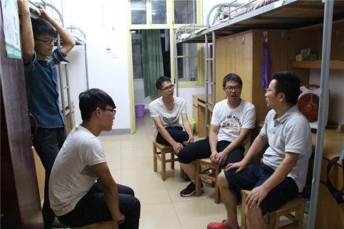 寝室导师正在与学生交流
