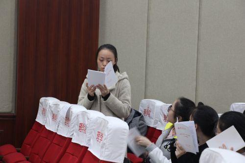 应化专业第二党支部学生正在学习十八届六中全会精神