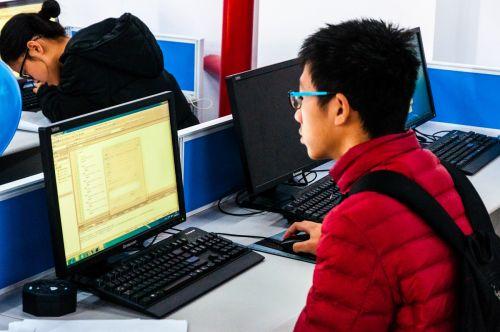 同学认真编程 姜清石摄