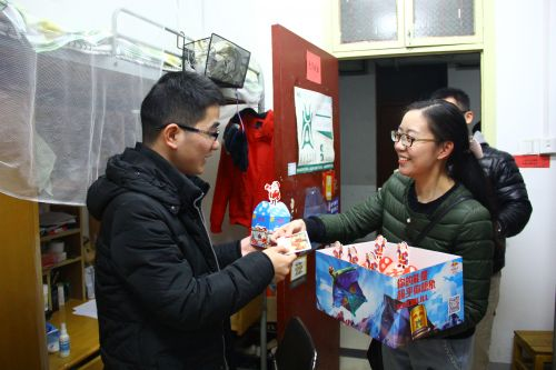 食科院辅导员胡小娱下寝室给考研的明子力同学送上苹果和贺卡