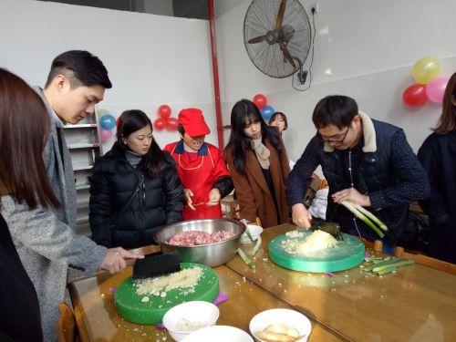 东亚大学学生做饺子1