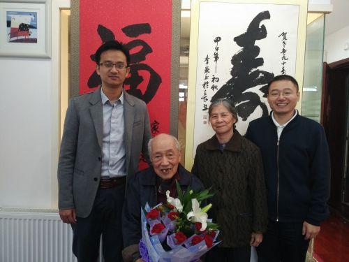 慰问余兆凤老师91岁生日,中间坐者为余兆凤老师