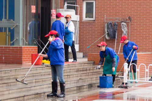 食堂工作人员在打扫卫生 李晔