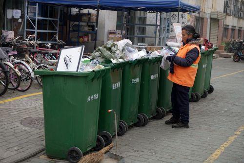 清晨面对成堆的垃圾清洁工开始清理 李烨