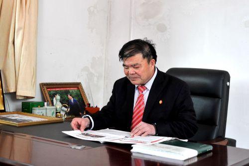 朱锦春校友正在阅读《华中农业大学报》