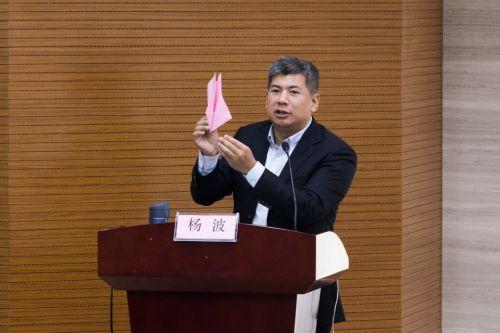 杨波老师教授折纸飞机的过程 黄雪滢