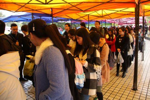 学生排队等待入场