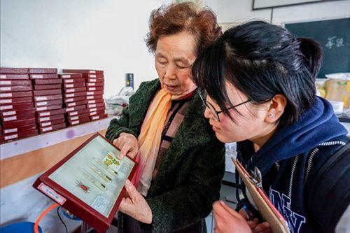 荣秀兰教授向记者展示修复好的标本