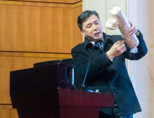 边老师给同学讲解如何管理猴头菇 梁犇鑫