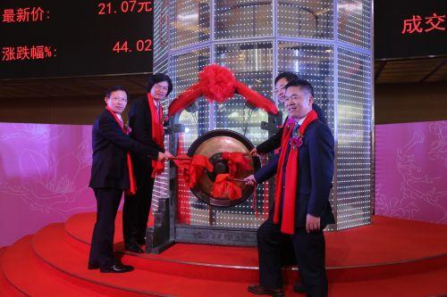 校友罗卫国(左二)与董事会主要成员共同鸣锣上市